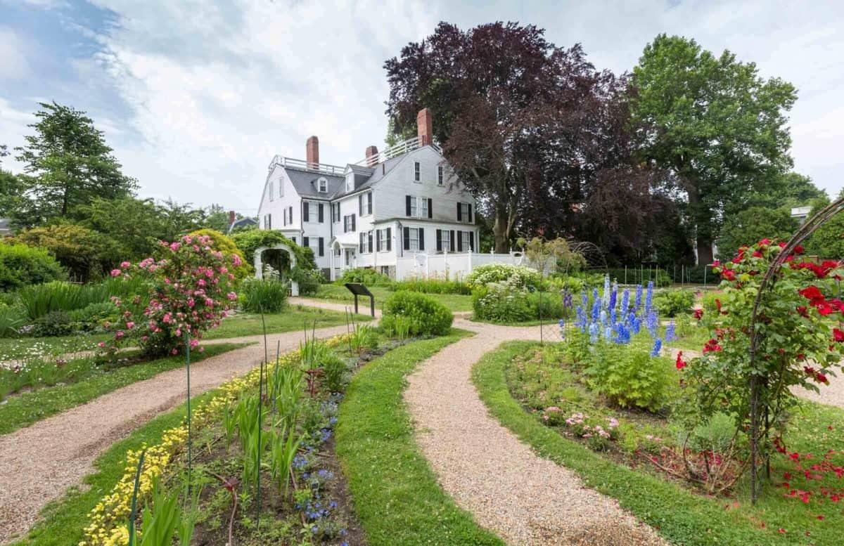 Disney's Hocus Pocus Allison's House Garden
